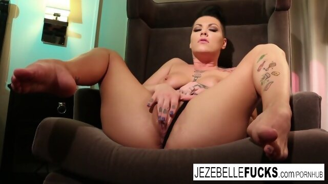 natural jezebellefucks Tattooed MILF Jezebelle toys her pussy in a hotel room