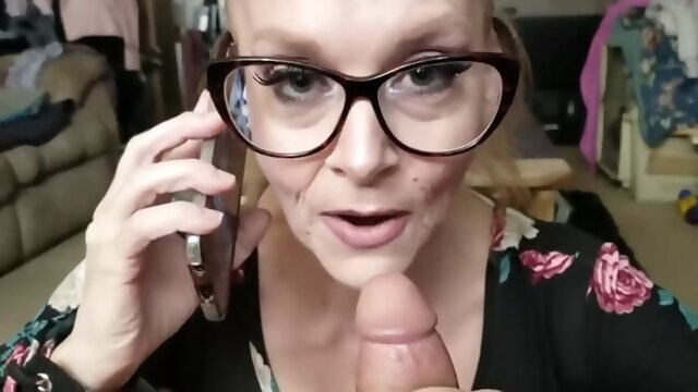 blonde amateur Mutter Mit Brille Blast Beim Telefonieren