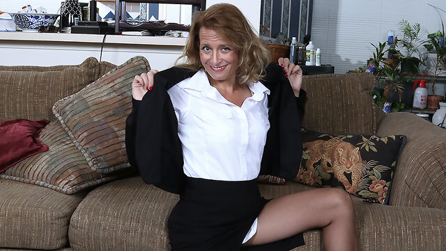 european dutch Naughty American Secretary Playing With Her Pussy - MatureNL